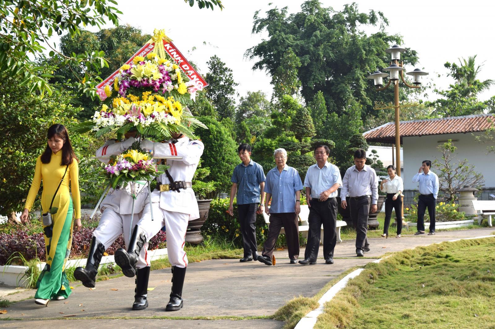 Nguyên Chủ tịch nước Trần Đức Lương viếng mộ cụ Phó bảng Nguyễn Sinh Sắc