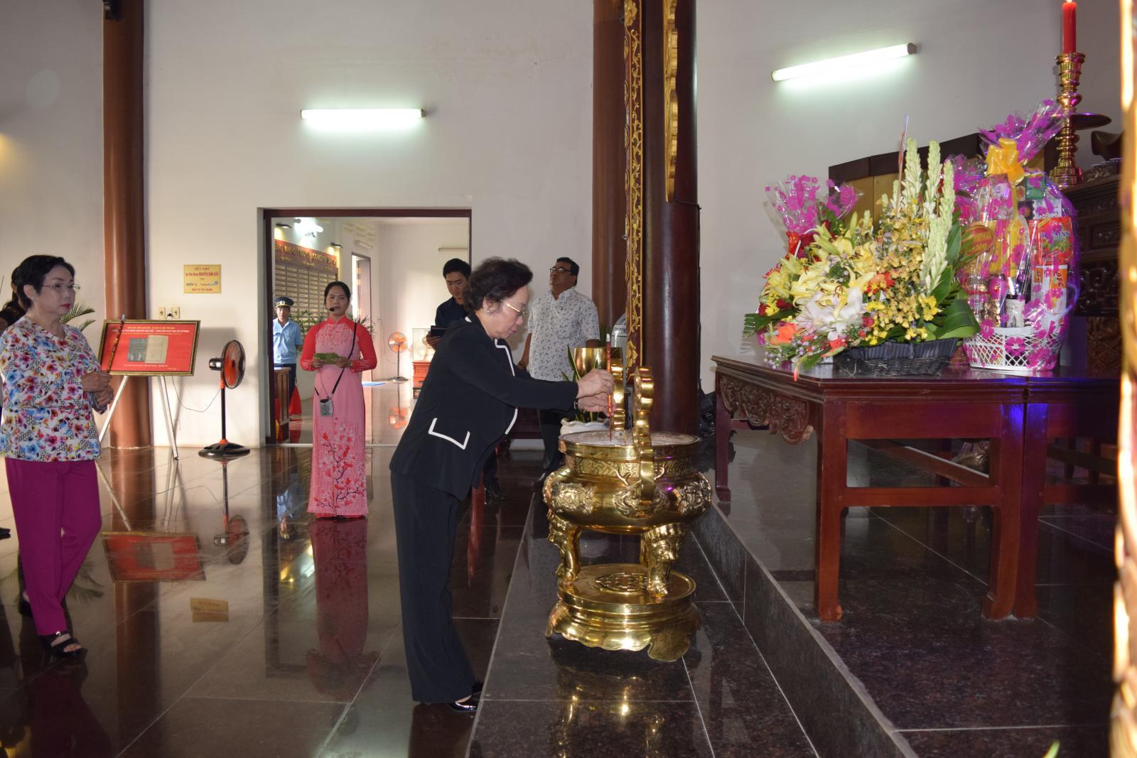 Nguyên Phó Chủ tịch nước Nguyễn Thị Doan  viếng mộ cụ Phó bảng Nguyễn Sinh Sắc