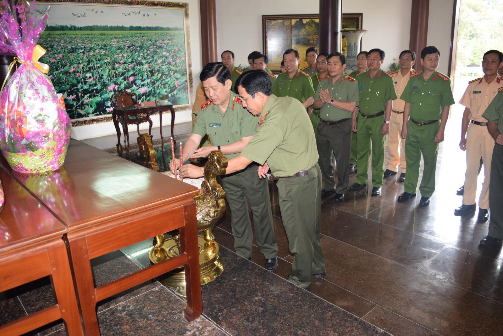 Trung tướng Nguyễn Văn Sơn - Thứ trưởng Bộ Công an viếng mộ cụ Phó bảng Nguyễn Sinh Sắc