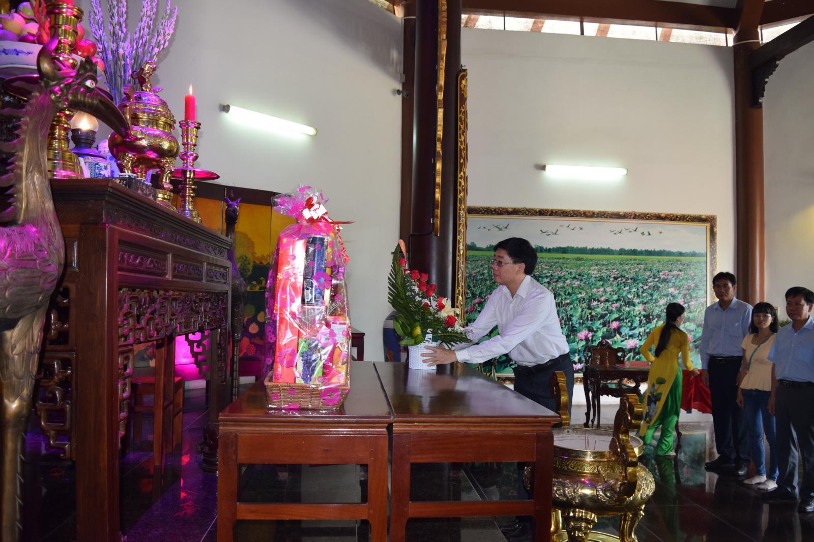 Phó Bí thư Tỉnh ủy Nghệ An – đồng chí Nguyễn Văn Thông viếng mộ cụ Phó bảng Nguyễn Sinh Sắc
