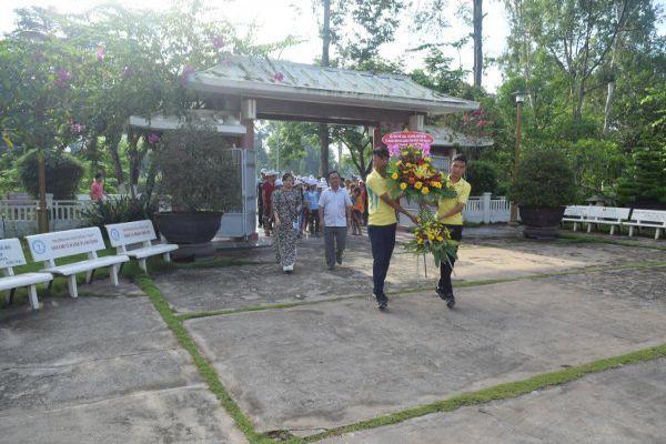 Hội trại Thể thao – Văn hóa trẻ em có hoàn cảnh khó khăn  tỉnh Đồng Tháp 2017 viếng mộ cụ Phó bảng Nguyễn Sinh Sắc