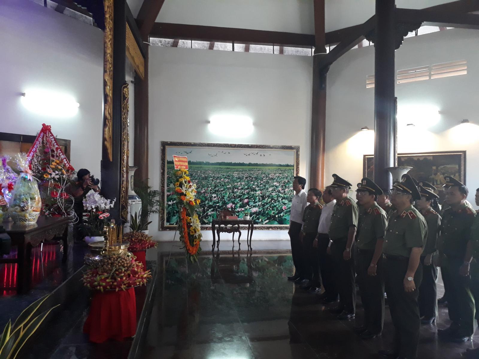 Thứ trưởng Bộ Công an Nguyễn Văn Thành viếng mộ cụ Phó bảng Nguyễn Sinh Sắc