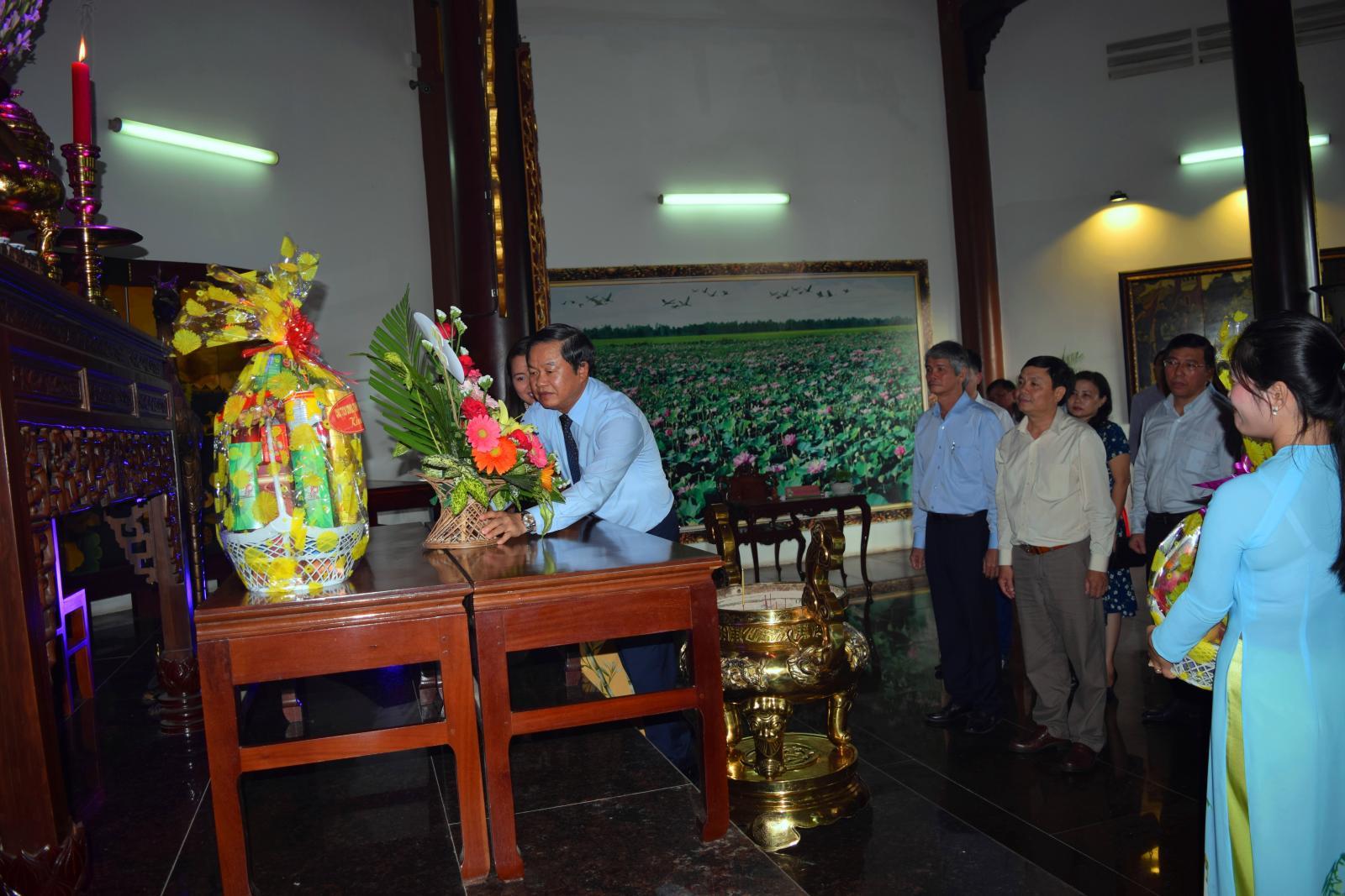 Đại tướng Đỗ Bá Tỵ - Ủy viên BCH Trung ương Đảng, Phó Chủ tịch Quốc hội nước CHXHCN Việt Nam viếng mộ cụ Phó bảng Nguyễn Sinh Sắc