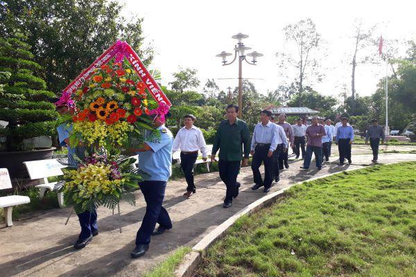 Đoàn đại biểu tỉnh Champasak, nước CHDCND Lào  viếng mộ cụ Phó bảng Nguyễn Sinh Sắc
