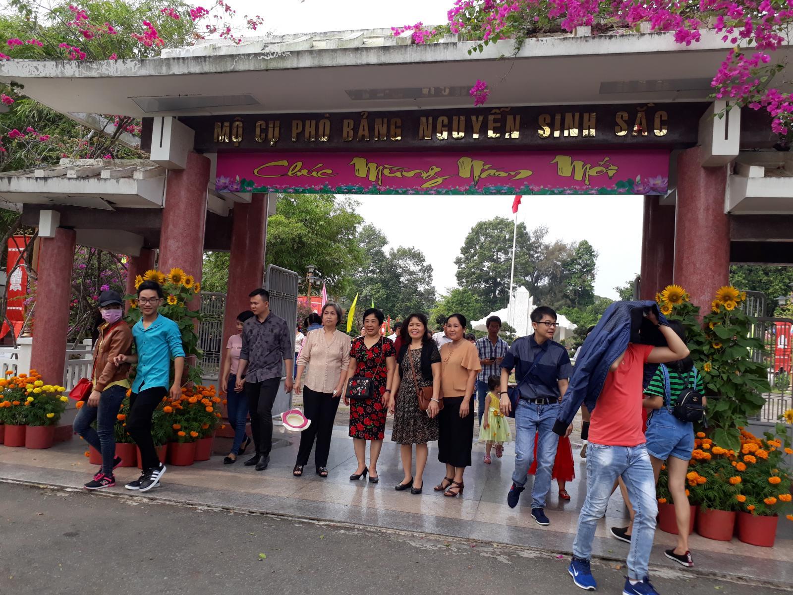 Đông đảo du khách tham quan Khu di tích Nguyễn Sinh Sắc trong dịp Xuân Mậu Tuất năm 2018