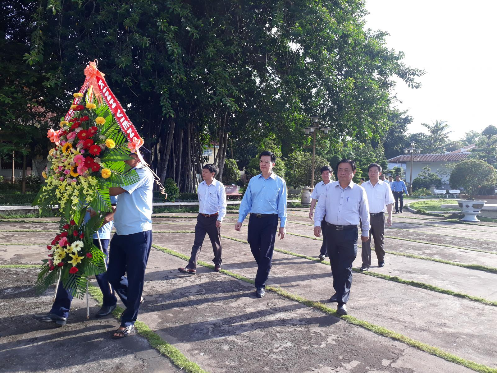 Đồng chí Mai Văn Chính - Phó Trưởng Ban Tổ chức Trung ương viếng mộ cụ Phó bảng Nguyễn Sinh Sắc