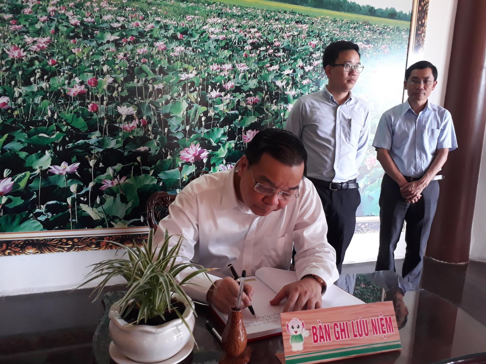 Bộ trưởng Bộ Khoa học và Công nghệ viếng Mộ cụ Phó bảng Nguyễn Sinh Sắc