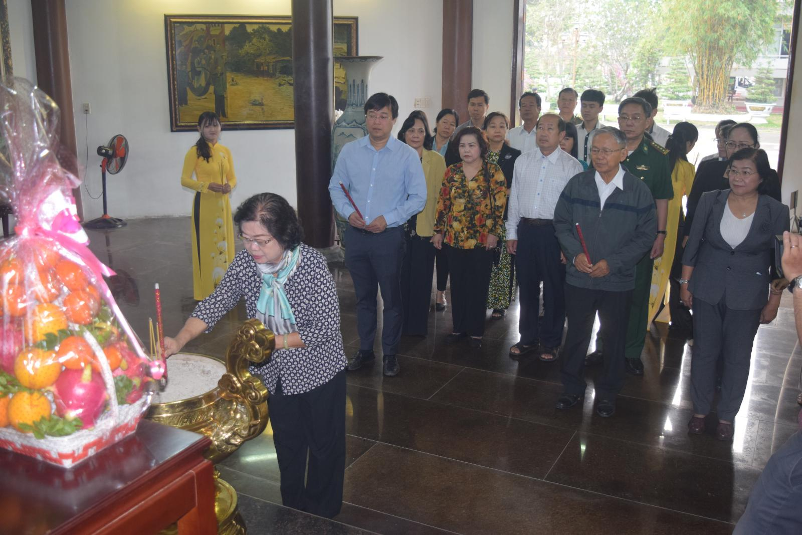 Nguyên Phó Chủ tịch nước Trương Mỹ Hoa  viếng mộ cụ Phó bảng Nguyễn Sinh Sắc