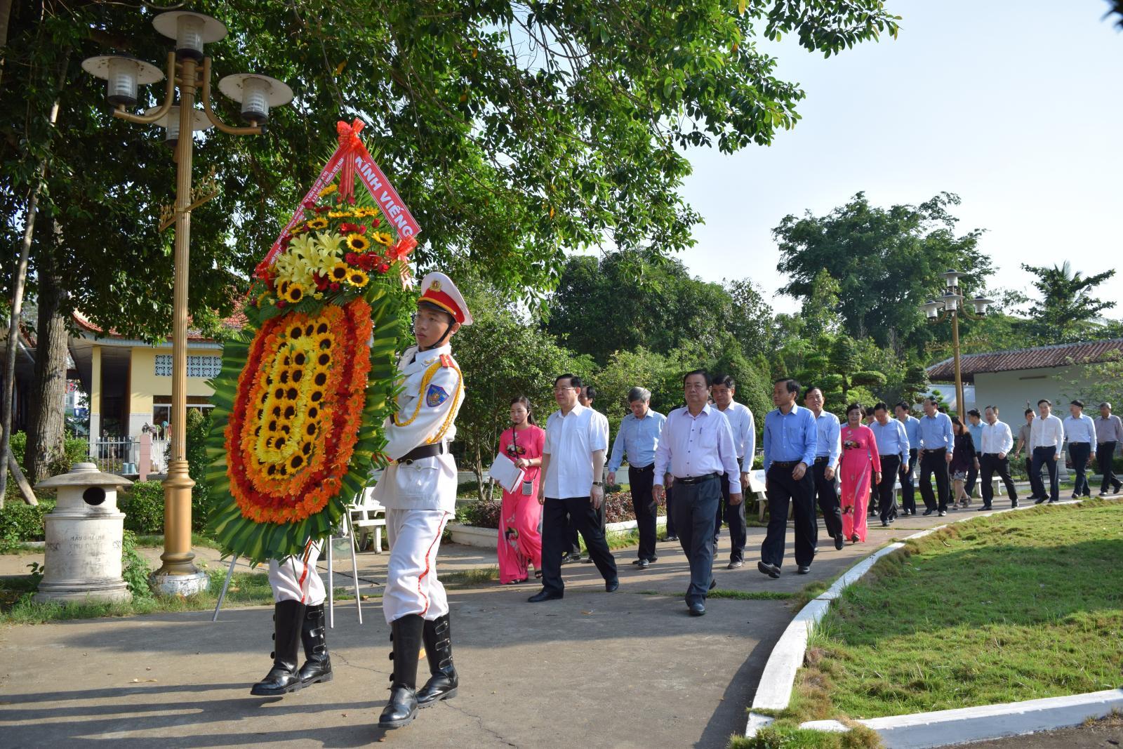 Phó Thủ tướng Chính phủ Vương Đình Huệ viếng mộ cụ Phó bảng Nguyễn Sinh Sắc