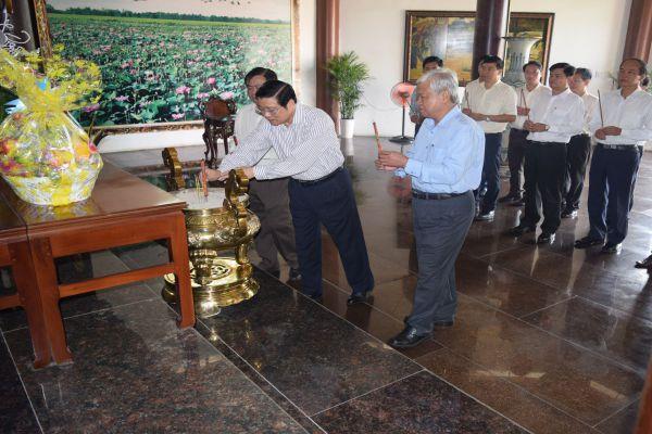 Trưởng Ban Nội chính Trung ương Phan Đình Trạc  viếng mộ cụ Phó bảng Nguyễn Sinh Sắc