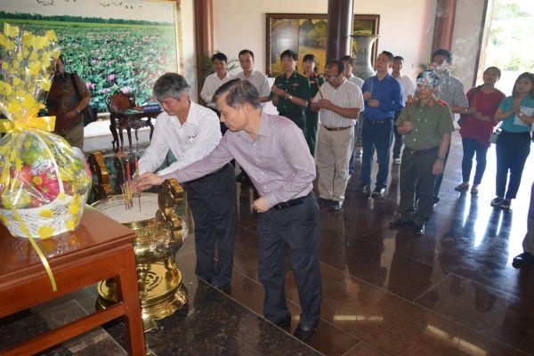Thứ trưởng Bộ ngoại giao Lê Hoài Trung viếng mộ cụ Phó bảng Nguyễn Sinh Sắc