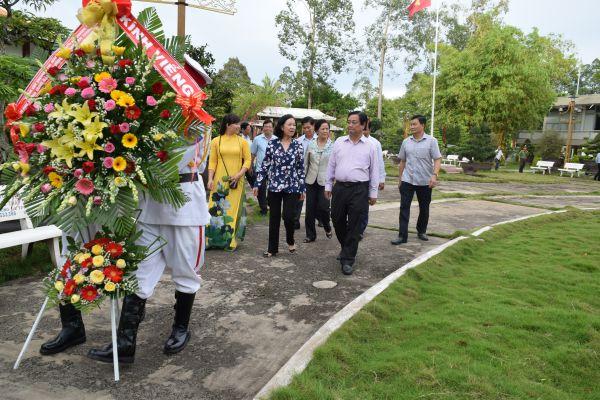 Đồng chí Trương Thị Mai - Ủy viên Bộ chính trị,  Bí thư Trung ương Đảng, Trưởng Ban Dân vận Trung ương  viếng mộ cụ Phó bảng Nguyễn Sinh Sắc