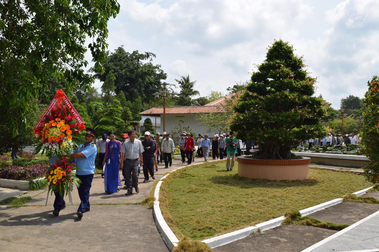 Đoàn Đại biểu tham dự Câu lạc bộ truyền thống kháng chiến Khu vực phía Nam viếng mộ cụ Phó bảng Nguyễn Sinh Sắc
