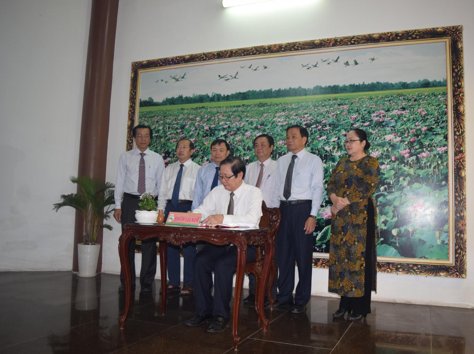 Bộ trưởng Bộ nội vụ Lê Vĩnh Tân và Đoàn Lãnh đạo Tỉnh đến viếng, dâng hương, dâng hoa Cụ Phó bảng Nguyễn Sinh Sắc