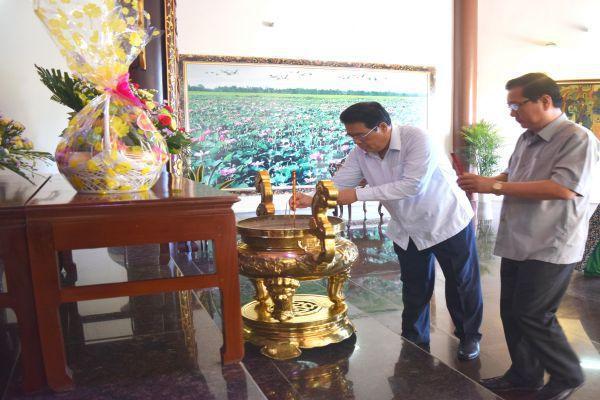 Đoàn công tác của Ban Chỉ đạo Tây Nam Bộ viếng mộ cụ Phó bảng Nguyễn Sinh Sắc