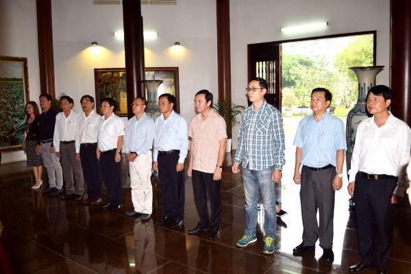 Đồng chí Lê Thành – Viện trưởng Viện Kinh tế Nông nghiệp hữu cơ viếng mộ cụ Phó bảng Nguyễn Sinh Sắc