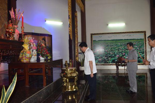 Chánh án Tòa án nhân dân tối cao Nguyễn Hòa Bình  viếng mộ cụ Phó bảng Nguyễn Sinh Sắc