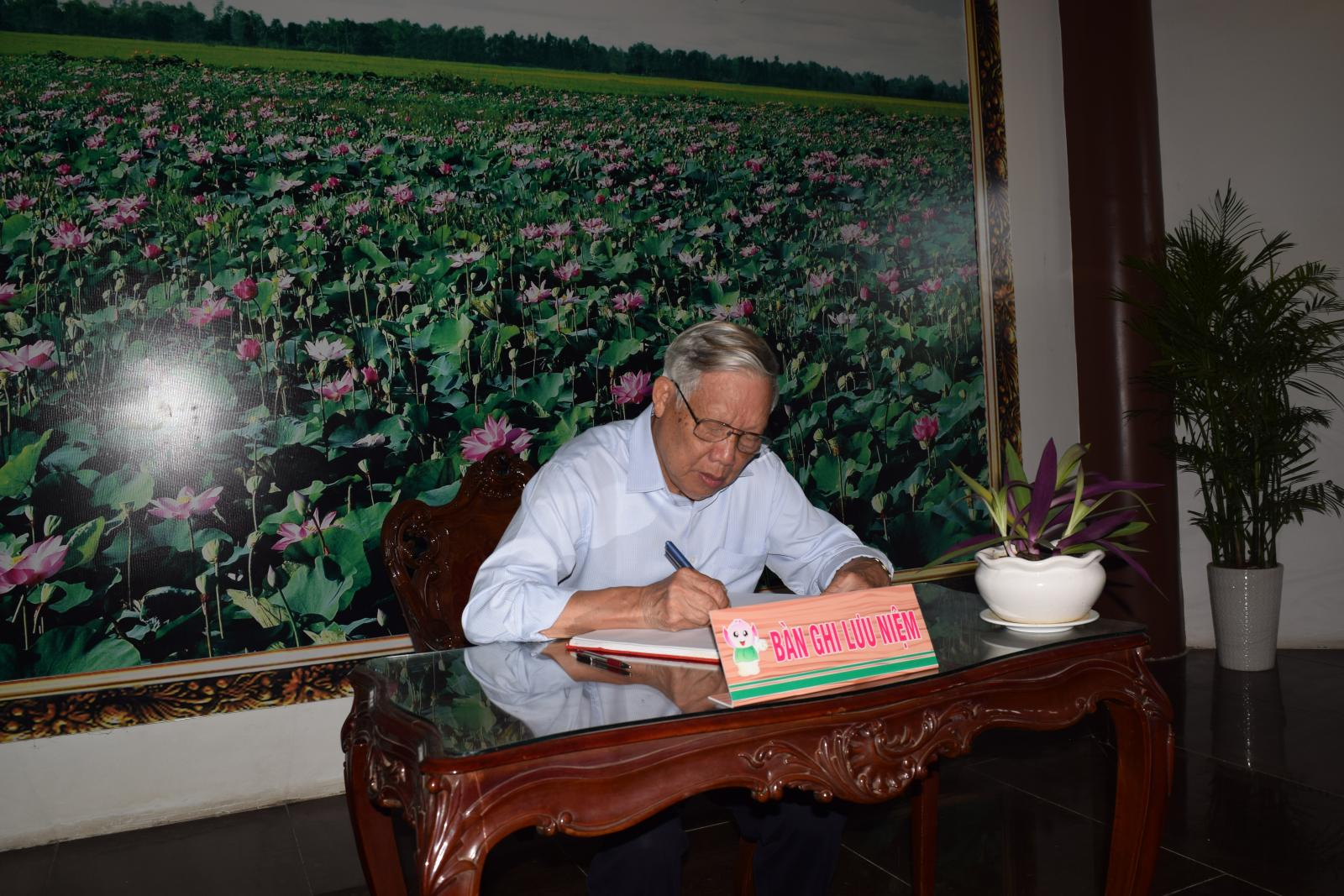 Đồng chí Lê Huy Ngọ – Nguyên Bộ trưởng Bộ Nông nghiệp và Phát triển Nông thôn viếng mộ cụ Phó bảng Nguyễn Sinh Sắc