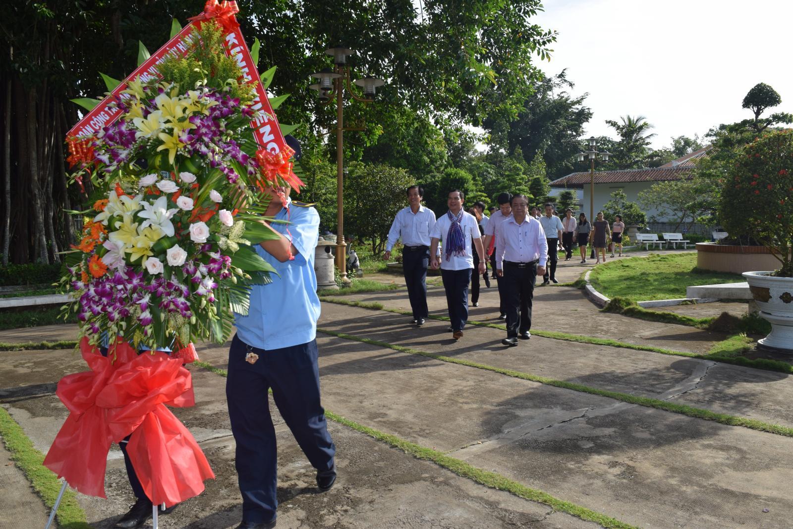 Bí thư Tỉnh ủy Hà Nam  viếng mộ cụ Phó bảng Nguyễn Sinh Sắc