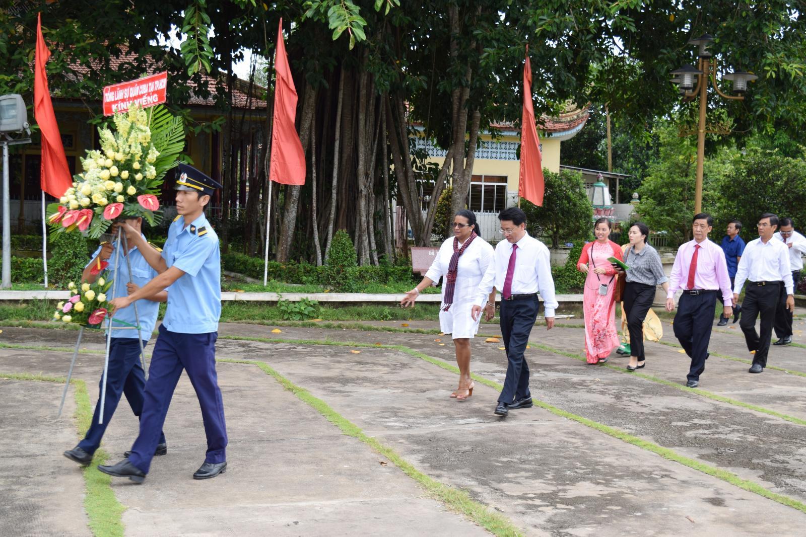 Đoàn Tổng lãnh sự quán Nước Cộng hòa CuBa viếng Khu di tích Nguyễn Sinh Sắc