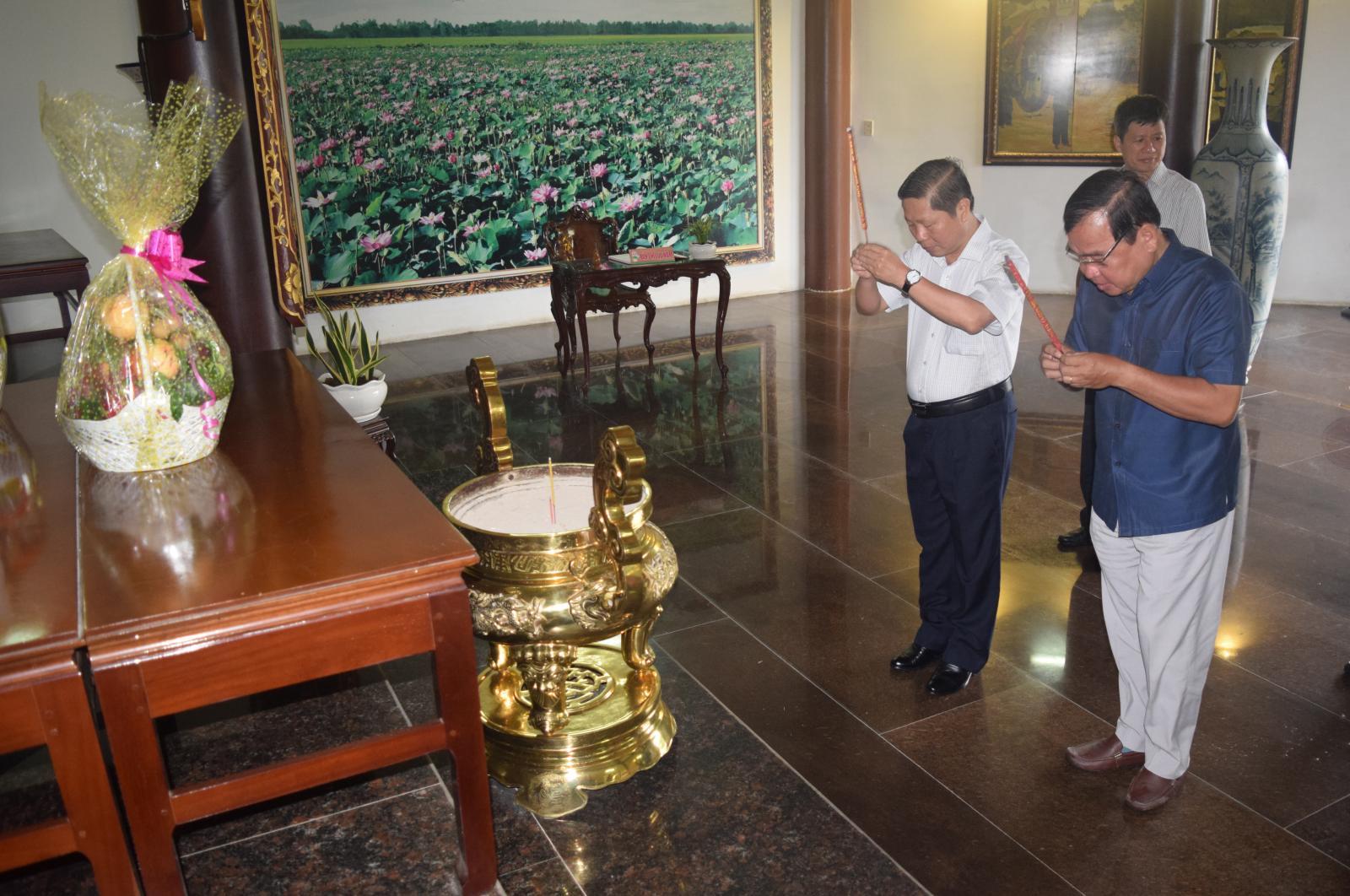 Thứ trưởng Bộ LĐTB&XH Lê Tấn Dũng   viếng mộ cụ Phó bảng Nguyễn Sinh Sắc