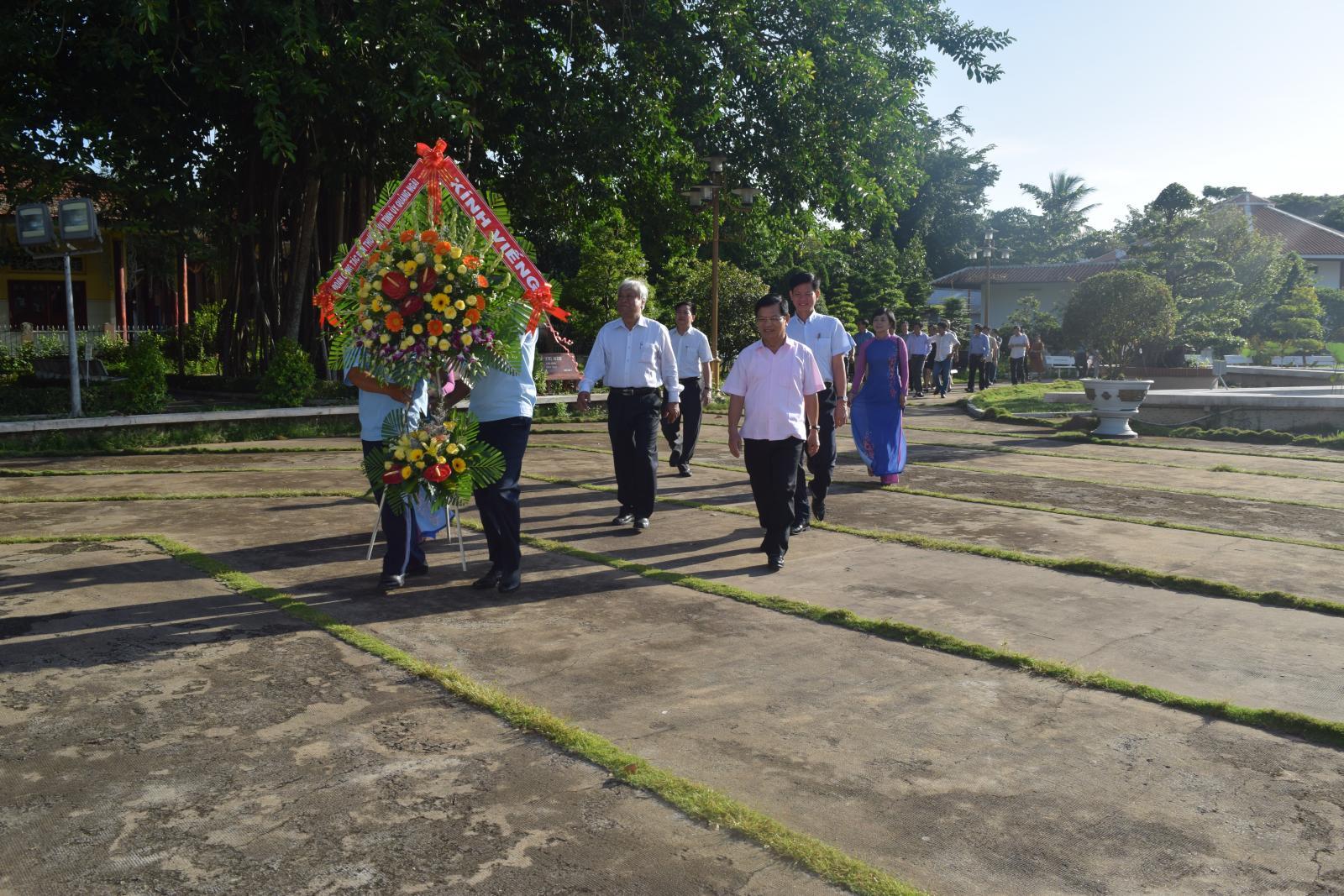 Bí thư Tỉnh ủy Quảng Ngãi viếng mộ cụ Phó bảng Nguyễn Sinh Sắc