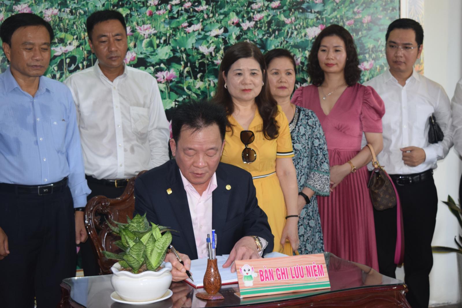 Công ty cổ phần Tập đoàn T&T viếng mộ cụ Phó bảng Nguyễn Sinh Sắc