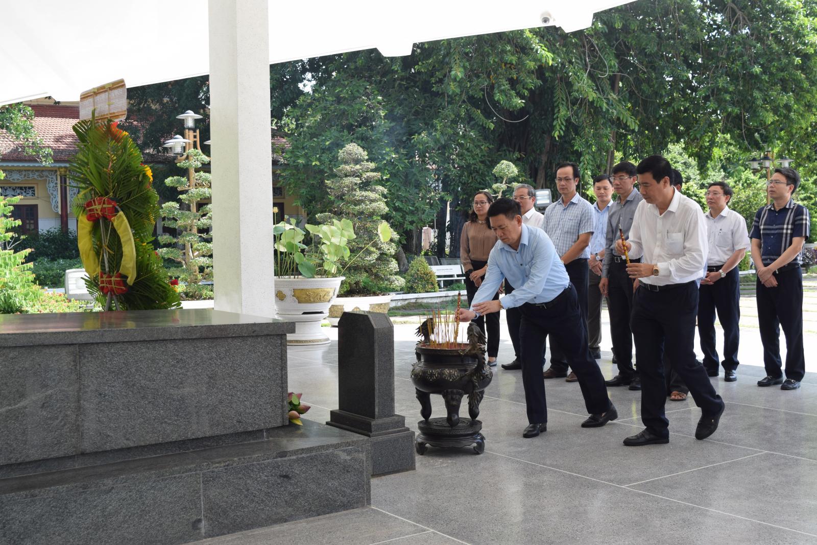 Tổng Kiểm toán Nhà nước Hồ Đức Phớc viếng mộ cụ Phó bảng Nguyễn Sinh Sắc