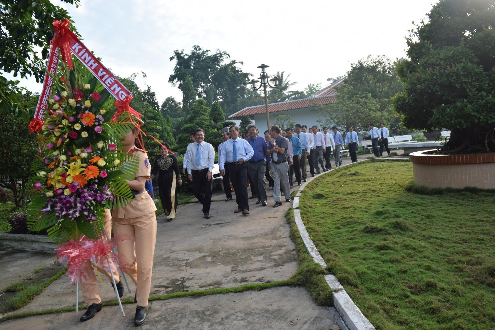 Kỷ niệm 127 năm ngày sinh Chủ tịch Hồ Chí Minh đoàn lãnh đạo Thành phố Cao Lãnh đến dâng hương cụ Phó bảng Nguyễn Sinh Sắc