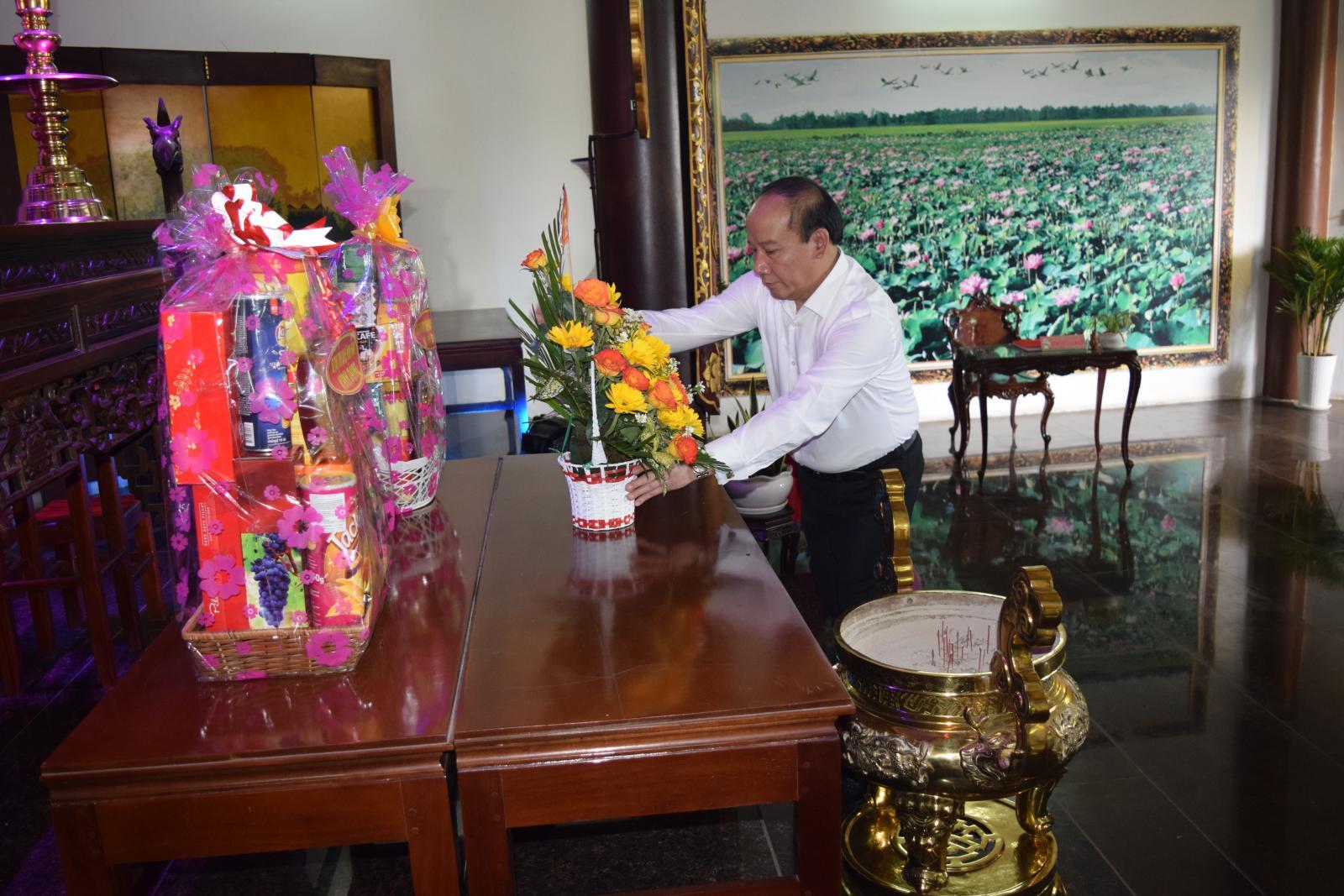 Đoàn Đại biểu tham dự Liên hoan Phát thanh toàn quốc viếng mộ cụ Phó bảng Nguyễn Sinh Sắc