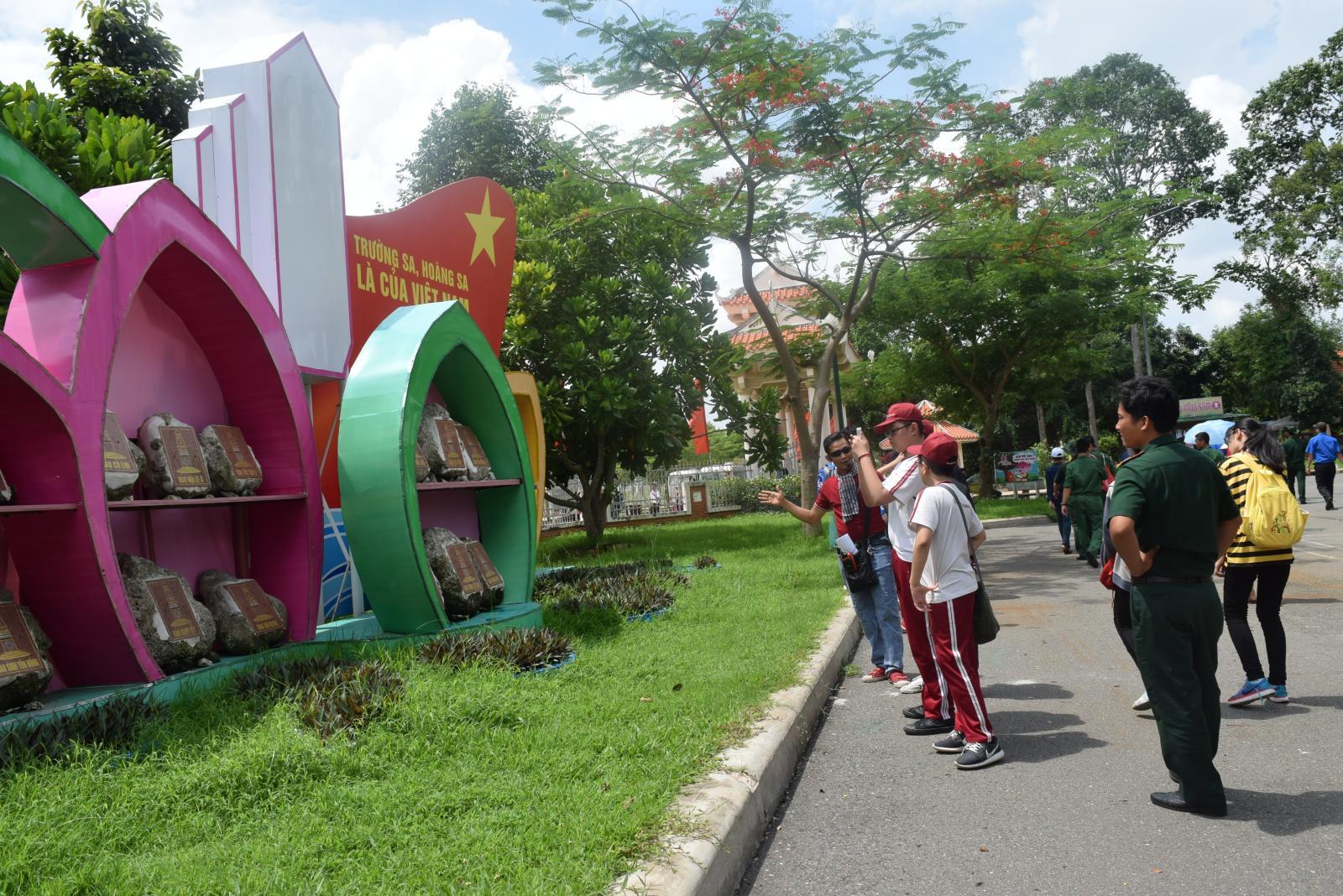 Nhộn nhịp các đoàn khách tham quan Khu di tích Nguyễn Sinh Sắc nhân dịp kỷ niệm 127 năm ngày sinh Chủ tịch Hồ Chí Minh (19/5/1890 - 19/5/2017)