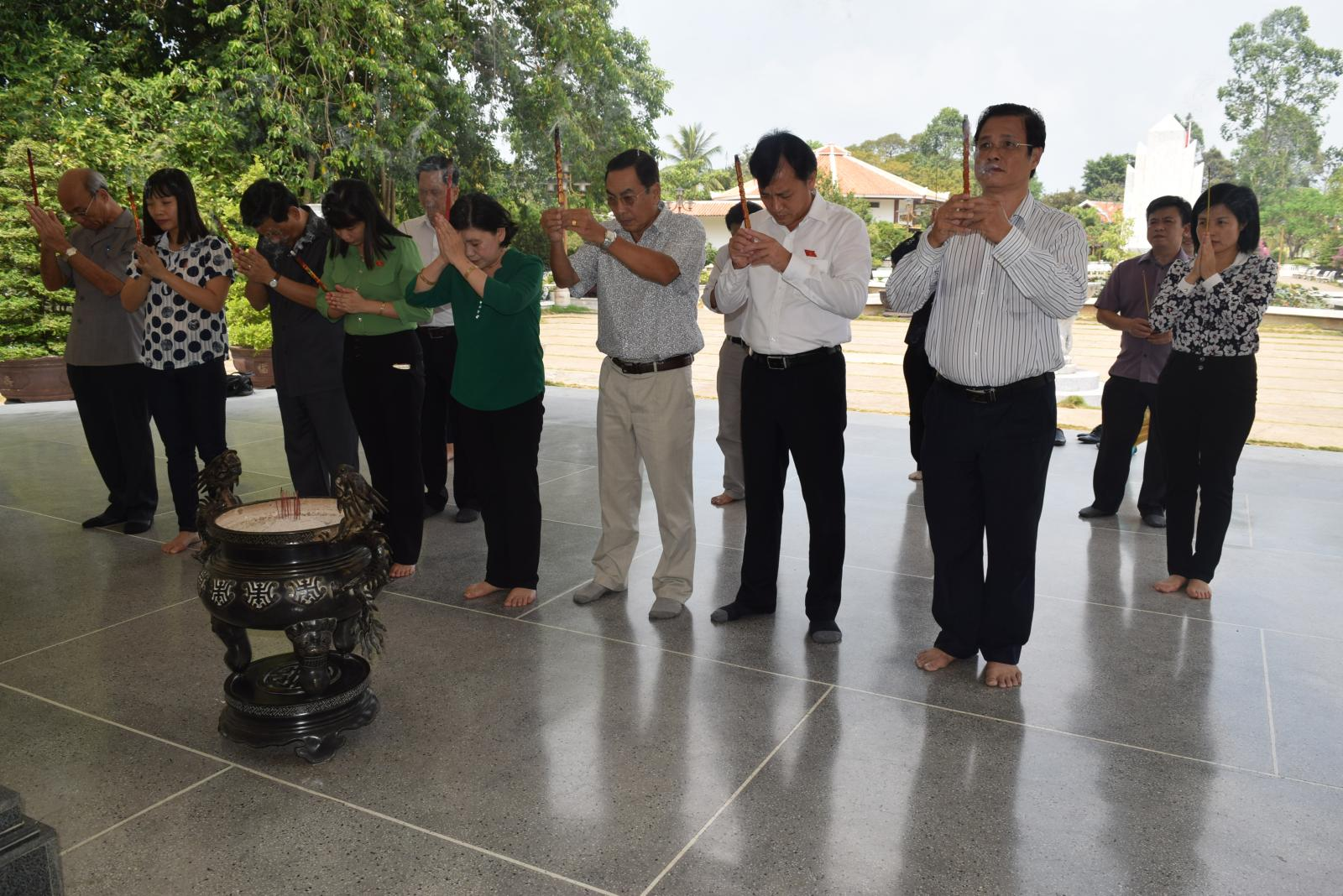 Đồng chí Hoàng Thị Hoa – Phó Chủ nhiệm Ủy ban Văn hóa, Giáo dục, Thanh niên, Thiếu niên và Nhi đồng của Quốc hội đã đến viếng và dâng hương, dâng hoa cụ Phó bảng Nguyễn Sinh Sắc