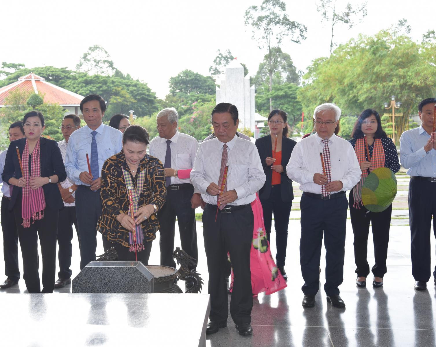 Chủ tịch Quốc hội Nguyễn Thị Kim Ngân  viếng mộ cụ Phó bảng Nguyễn Sinh Sắc -Thân sinh của Chủ tịch Hồ Chí Minh