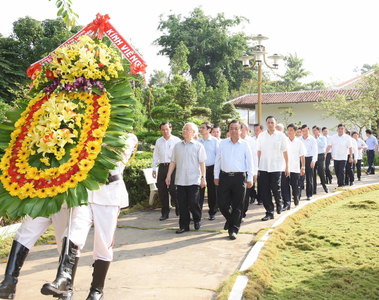Tổng Bí thư Nguyễn Phú Trọng  viếng mộ cụ Phó bảng Nguyễn Sinh Sắc