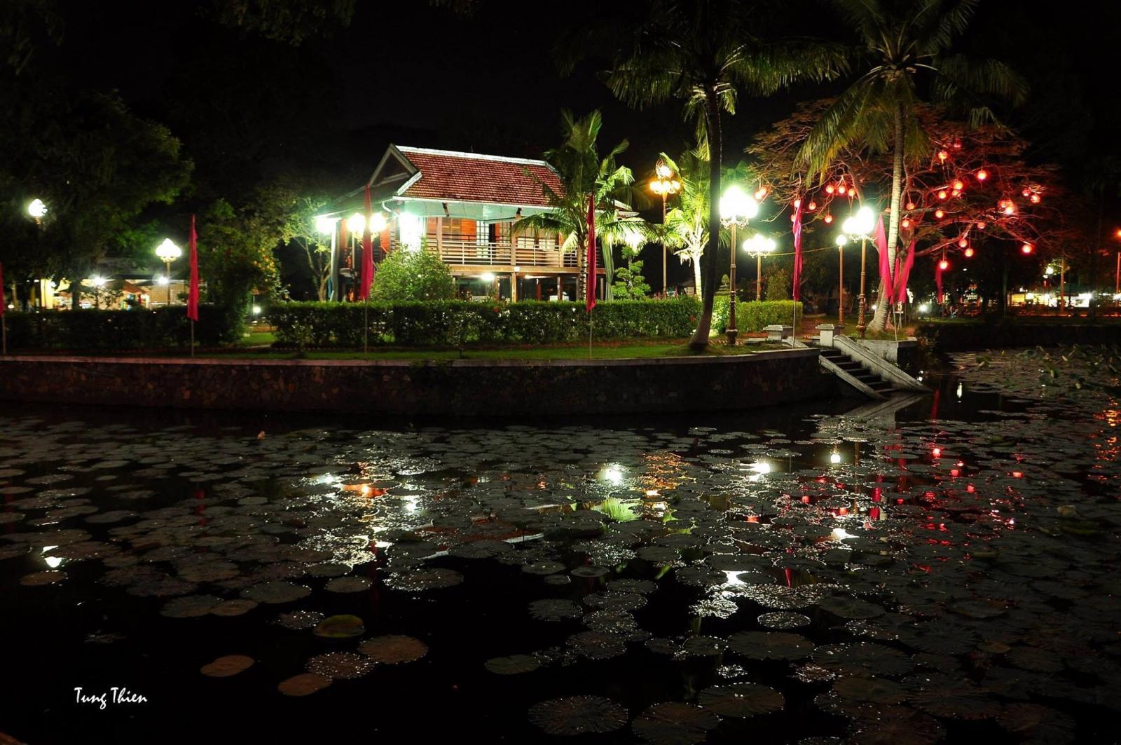 Mô hình nhà sàn Bác Hồ trong Khu Di tích Nguyễn Sinh Sắc