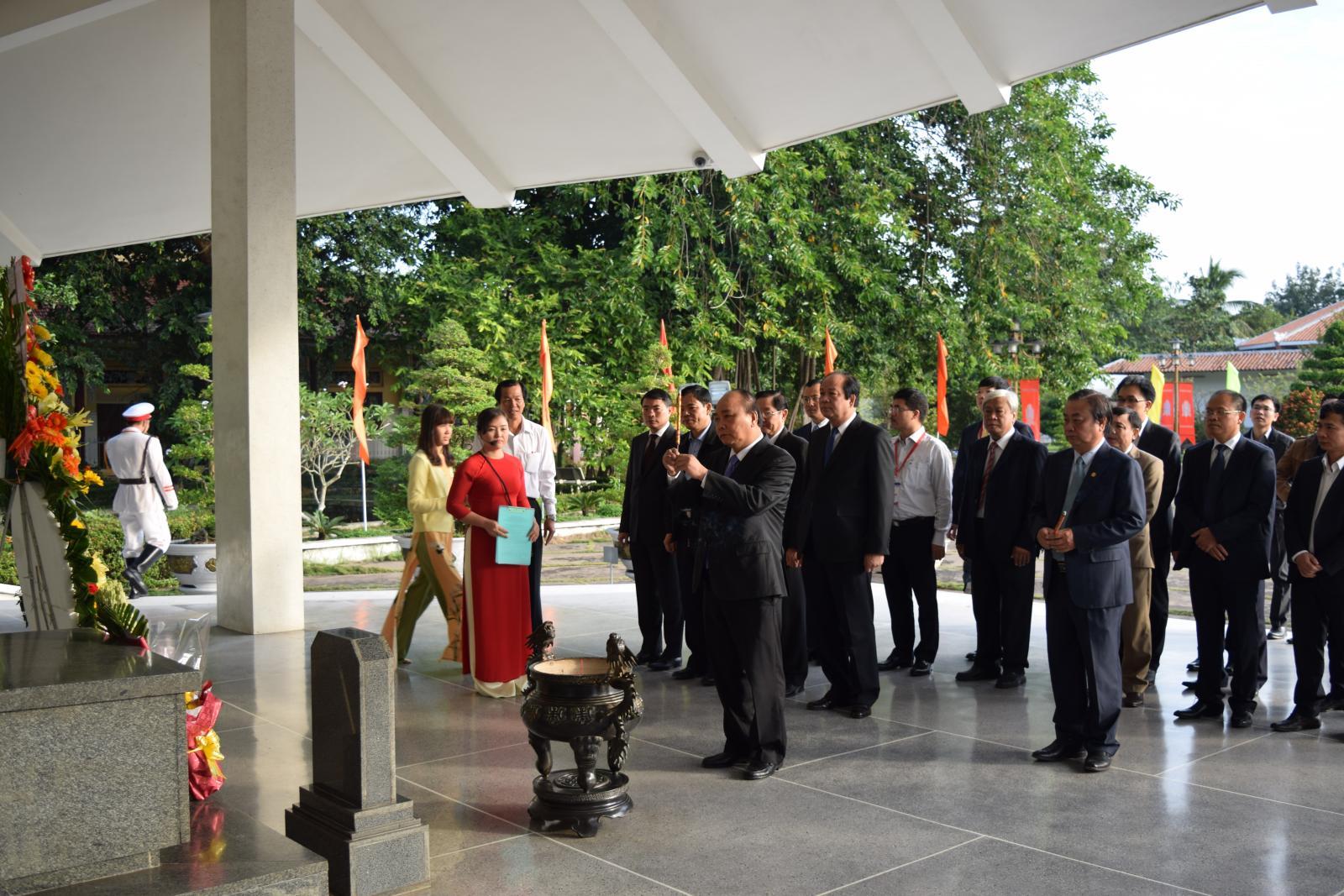 Thủ tướng Chính phủ Nguyễn Xuân Phúc viếng mộ cụ Phó bảng Nguyễn Sinh Sắc