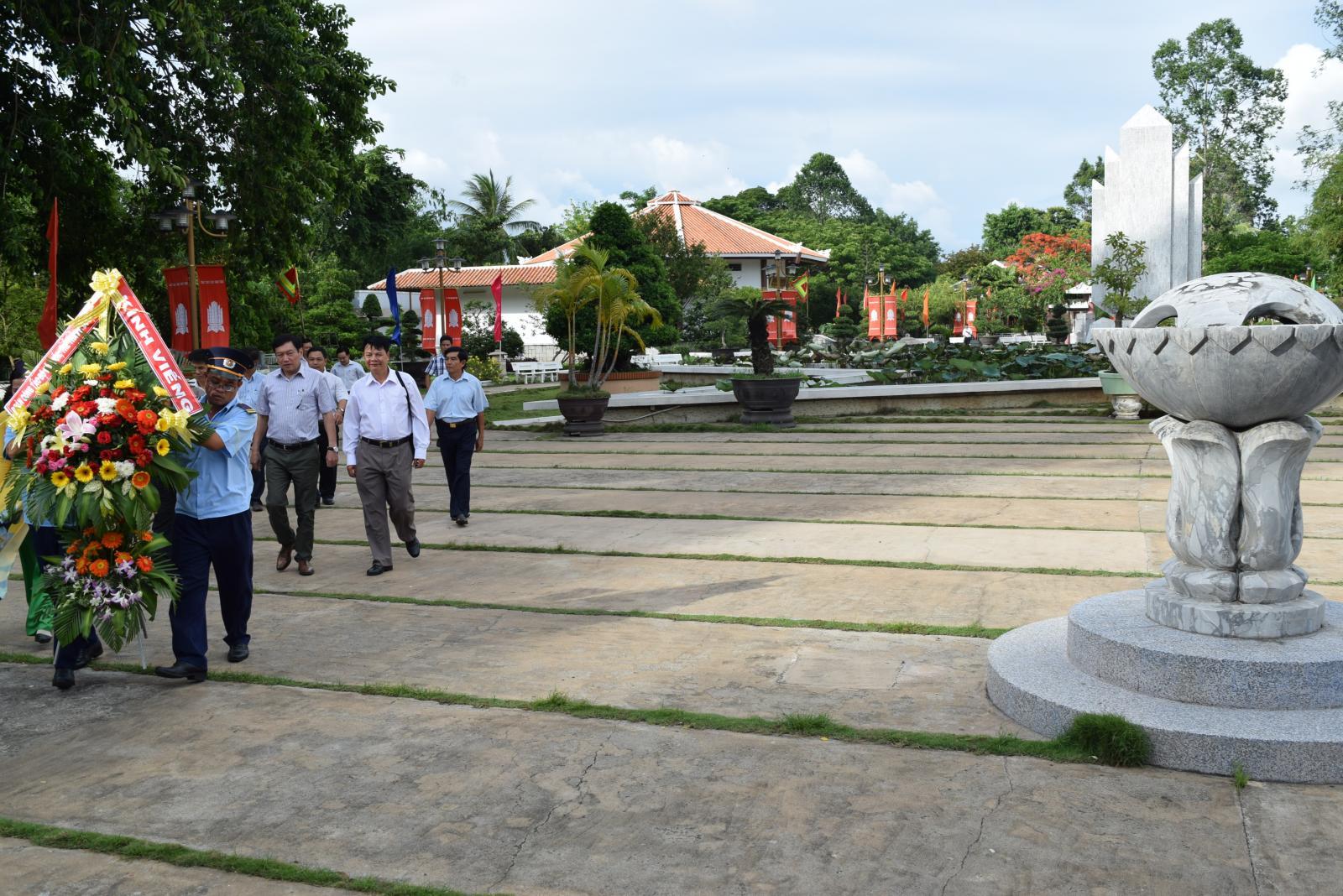 Đoàn công tác Bộ Văn hóa, Thể thao và Du lịch đến viếng, dâng hương, dâng hoa và làm việc tại Khu di tích Nguyễn Sinh Sắc.