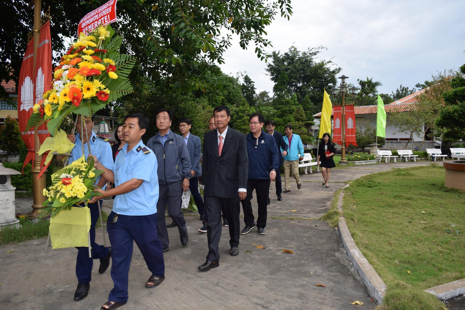 Đoàn công tác huyện Cheorwon, tỉnh Gangwon, Hàn Quốc viếng mộ cụ Phó bảng Nguyễn Sinh Sắc
