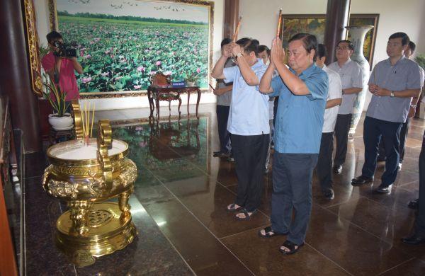 Phó Bí thư Thường trực Thành ủy Thành phố Hồ Chí Minh Tất Thành Cang viếng mộ cụ Phó bảng Nguyễn Sinh Sắc
